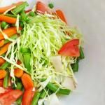 Vasariškos ir gaivios daržovių salotos